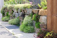 土留め 外構パーツ一覧|当社施工の土留め・石積みの施工事例写真をご覧頂けます。兵庫県神戸市、宝塚市、西宮市、三田市で外構工事・ガーデニング、エクステリアやお庭のことなら坂林盛樹園。お庭・ガーデニングの施工事例写真多数。 Residential Architecture, Stepping Stones, Sidewalk, Outdoor Decor, Gardening, Stair Risers, Side Walkway, Lawn And Garden, Walkway