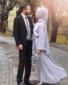 """2,214 Beğenme, 13 Yorum - Instagram'da Beyza Su Sever (@suusever): """"Düğün koşuşturmasına girmişken nişanımızdan bir #tbt yapmayalım mı? Bakışlarını sevdiğim."""" Bridal Hijab, Hijab Wedding Dresses, Hijab Bride, Muslim Brides, Muslim Women, Muslim Couple Photography, Husband And Wife Love, Hijab Style Dress, Modele Hijab"""