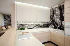 Nachází se v centru denní zóny a navzdory nutné striktní funkčnosti ji použité materiály a dekory plně začleňují do kompaktního interiéru. #kitchen