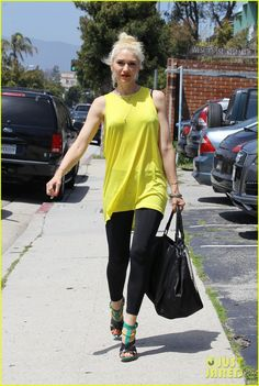 Gwen Stefani & No Doubt Hit The Studio: Photo Gwen Stefani stands out in a neon top while heading into a recording studio on Friday (April in Santa Monica, Calif. Gwen And Blake, Gwen Stefani And Blake, Gwen Stefani Style, Rocker Girl, Rocker Chic, Gwen Stefani No Doubt, Rebel Style, Punk Chic, Summer Outfits