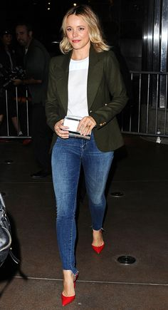 Rachel McAdams in a white T-shirt, green blazer, skinny jeans and red pumps - click through for more celebrity fall outfit ideas! You are in the right place about Blazer Outfit sin mangas Here we offe Red Pumps Outfit, Heels Outfits, Blazer Outfits, Jean Outfits, Red Shoes, Green Shoes Outfit, Jeans And T Shirt Outfit, Jeans Outfit For Work, Blazer With Jeans