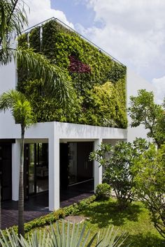 Thao Dien Residence in Vietnam by MM ++ Architects is part of Green architecture - Thao Dien residence, a private villa with a vertical garden designed by Vietnamese studio MM ++ Architects Completed in the team of studio MM ++ Architecture Durable, Green Architecture, Sustainable Architecture, Amazing Architecture, Landscape Architecture, Landscape Design, Architecture Design, Natural Architecture, House Landscape