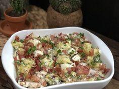 Deze aardappelsalade met gerookte kip, spek en ei is niet alleen lekker om in de zomer te eten. Ook tijdens de (gure) winter kan je met een gerust hart deze salade klaarmaken. Wij aten deze salade s'avonds met geroosterd brood en extra veel roomboter. Echter als lunch is het ook zeker geen straf en makkelijk …
