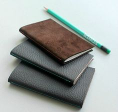 Do you enjoy writing often in your notebook? Here are 30 ways that you can customize your notebook covers DIY style. Diy Notebook Cover, Small Notebook, Notebook Ideas, Notebook Design, Diy Leather Projects, Diy Projects, Leather Scraps, Leather Books, Diy Leather Notebook Cover
