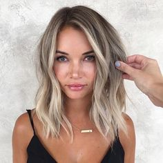 Balayage For Shoulder Length Hair ❤️ Let us guide you in the world of medium hair styles. We have a collection of the trendiest hairstyles for ladies with shoulder length hair. ❤️ hair lengths 30 Easy New Medium Hair Styles Blonde Balayage Highlights, Brown Highlights, Ash Blonde Balayage Short, Ash Blonde Hair Balayage, Balyage Short Hair, Hair Bayalage, Short Hair Waves, Balayage On Medium Hair, Blonde Hair Lowlights