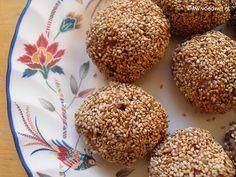 Rijstballetjes met rode nierbonen en een sesamkorstje, op smaak gebracht met umeboshipasta.