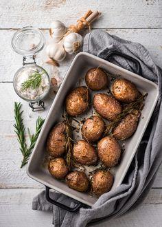 Uuniperunat on mitä helpoin lisäke monille ruuille. Kippaa pestyt perunat uunivuokaan ja mausta öljyllä, tuoreilla yrteillä, valkosipulilla ja suolalla. Olen uuniperunoiden suurkuluttaja, sillä ne valmistuvat helposti ja ovat täydellinen lisäke monille ruuille. Kaupasta tarttuu usein... Vegan Recipes, Snack Recipes, Snacks, Mushroom Rice, Good Food, Yummy Food, My Cookbook, Food Tasting, Atkins Diet