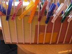 Začátek je klasický, připravíte si karton s osnovními ruličkami, já je kolíčkuji ke krabici....