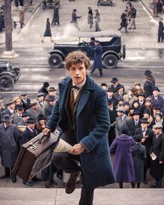 Newt Scamander in action in New York. Fantastic Beasts and Where to Find T… Newt Scamander in action in New York. Fantastic Beasts and Where to Find Them Ed Sheeran, Mundo Harry Potter, Harry Potter World, Edward Christopher Sheeran, Tak Tak, Shadowhunters, Gellert Grindelwald, Images Harry Potter, The Vampire Diaries