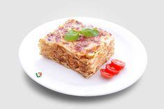 Лазаня Болонезе: Фини кори за лазаня, кайма, доматен сос и ароматни подправки.