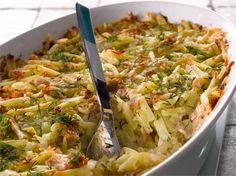 Helppo arkiruoka syntyy tonnikalasta, peruna-sipulisekoituksesta ja maustetusta ruokakermasta.