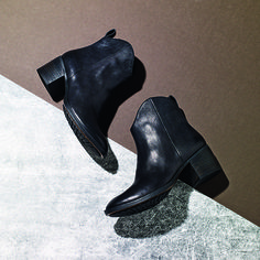 We got our hands on the new season Clarks collection. Check out our loves…