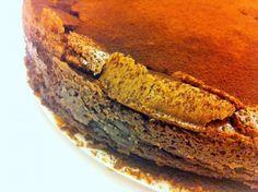 חמישה מוצרים שקרוב לוודאי כבר נמצאים במטבח שלכם, ויש לכם עוגת שוקולד בשני מרקמים, שוקולדתית, רכה, ואפילו ללא קמח.