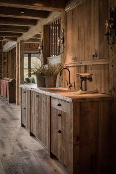 Reclaimed post and beam barn transformed to family retreat in Idaho, sägerauhe küche