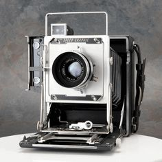 Mein neues Spielzeug.  Graflex Speed Graphic 4x5 Camera mit Optar 135mm f4.7 Lens. Brauchte nur drei Tage aus der USA nach Deutschland.  Lag aber dann noch 7 Tage beim deutschen Zoll. Na ja, kennen wir ja. Ich bin überglücklich ;-))). Polaroidrückteil und Filme habe ich auch schon. Jetzt bräuchte ich nur noch ein bisschen Zeit. Grrrr ;-)). #analogphotography #photography