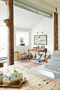Home office. Vigas de madeira aparentes são um tributo à tradição arquitetônica local e fazem contraponto à tubulação de metal exposta. Destaque para a escrivaninha antiga (Foto: James Stokes / Living Inside)