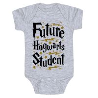 This Harry Potter baby shirt is a perfect choice of baby shower gift for any nerdy parents you happen to know, or to show off that your own little bundle of magic is a future Hogwarts student! Show your pride in the wizarding world with this nerdy baby gi Baby Harry Potter, Baby Shower Harry Potter, Theme Harry Potter, Harry Potter Baby Clothes, Harry Potter Nursery, Baby Outfits, Hogwarts, Boy Onesie, Baby Shirts