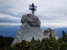Wie die Aussicht dort oben wohl ist? Für echte Bergsteiger ist kein Aufstieg zu steil.  #steigauf #adventures #nature #mountains #inspiration #motivation #bergsteiger #flags #scenery #cliffs #hiking #wanderlust Top Of The World, Mount Rushmore, Wanderlust, Action, Motivation, Nature, Inspiration, Mountain Climbers, Biblical Inspiration
