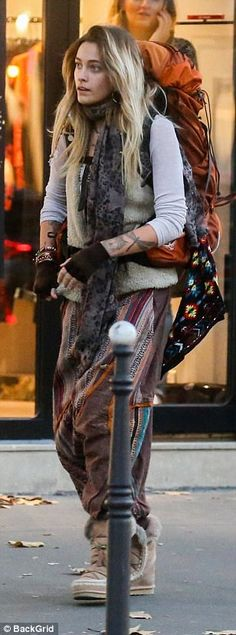 Paris Jackson sits on the pavement and scales lampposts in France Yoga Fashion, Fashion 2020, Runway Fashion, Fashion Models, Paris Jackson, Paris Outfits, Boho Outfits, Kate Moss, Michael Jackson Hot