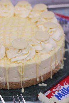 No-Bake Chocolate Malteser Cheesecake! Pistachio Cheesecake, Cheesecake Bars, Cheesecake Recipes, Caramel Cheesecake, Birthday Cake Cheesecake, Desserts Caramel, Lemon Meringue Cheesecake, Christmas Cheesecake, Desserts