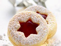 Himbeer-Spitzbuben ist ein Rezept mit frischen Zutaten aus der Kategorie Plätzc… Raspberry rascals is a recipe with fresh ingredients from the category cookies. Try this and other recipes from EAT SMARTER! Christmas Sweets, Christmas Baking, Christmas Cookies, Baking Recipes, Cookie Recipes, Biscuits, Jam Cookies, Sweet Cakes, Other Recipes