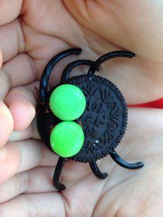 Biscotti ragnetto Occorrente: - biscotti tipo oreo - rotelle di liquirizia - smarties - Nutella Procedimento: Dividere a metà i biscotti e mettere le zampette di liquirizia fissandole con un goccio di Nutella. Chiudere e aggiungere gli occhietti fissandoli sempre con la Nutella. Tenere in frigorifero. #halloween #food