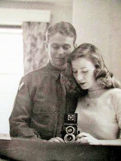 source : i.pinimg.com  (les annés 40) _  collection image photo cliché archive des années 40, vintage, couple d´amoureux, jeux de miroirs, photographiant (lovers)