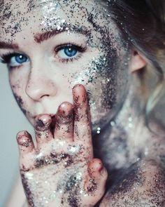 Carnaval já passou faz tempo mas vai dizer que toda festa agora não é motivo para você ficar assim coberta de glitter?!