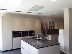 Diseño de cocina con campana de techo Pando E-217 realizado por I.C.NM Studio