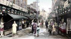 大須仲店 大正12年(1923)の旭遊郭が中村へ移転し、芸妓小屋や小料理屋は姿を消した。昭和に入ると次々に発展会が結成し、名古屋を代表する商業地として発展してゆく。大須観音境内に通じる歓楽街。映画館や劇場、遊技場や飲食店が軒をならべていた。