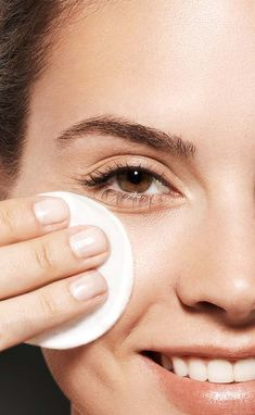 We apply lots of makeup on our face to look beautiful but it is essential to remove all the traces of makeup using a makeup cleanser that is not harmful to our skin. Best Makeup Remover Wipes, Makeup Wipes, Face Makeup, Best Facial Wash, Lots Of Makeup, Too Faced Makeup, Face Cleanser, Skin Tips, Best Face Products