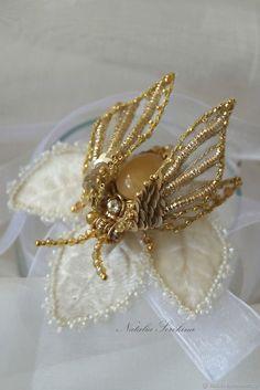 Золотой мотылек с медовым нефритом, брошь. ОТЛОЖЕН – купить в интернет-магазине на Ярмарке Мастеров с доставкой