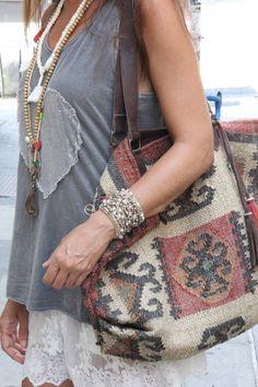 NY Boho, tanto la blusa como el bolso con una vieja alfombra, se ven reciclados