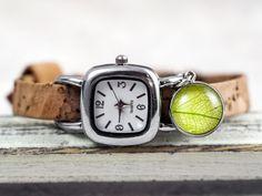NATUR Kork & echtes Blatt ArmbanduhrEine neue und ganz besondere Armbanduhr, exklusiv bei Villa Sorgenfrei.  Mehr Natur fürs Handgelenk geht kaum:) Das Uhrenarmband ist aus Kork, genauer gesagt aus portugisischer Korkeiche. Es ist ganz weich und gleichzeitig super strapazierfähig und sogar wasserfest. Die wunderschöne Maserung ist natürlich - wie immer bei Naturmaterialien - bei jedem Armband anders. Die silberfarbene Uhr (Edelstahl) kommt inklusive Quarzbatterie, die wechselbar ist.
