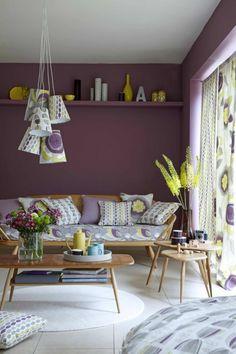 couleur prune pour les murs, canape de salon coloré, tapis rond blanc