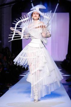 Avangard Fashion, Weird Fashion, Couture Fashion, Runway Fashion, Fashion Show, Fashion Outfits, Fashion Design, Jeans Fashion, Fashion Hacks