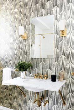 revêtement mural tendance dans la salle de bains, déco en blanc et doré