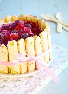 Charlotte Russe met rood fruit - no bake Charlotte Russe Dessert, Charlotte Cake, Fruit Recipes, Sweet Recipes, Dessert Recipes, Looks Black, Pastry Cake, Eat Dessert First, Chocolate Cookies