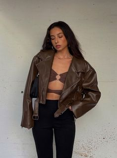 Mode Outfits, Fashion Outfits, Leather Jacket Outfits, Leather Jacket Patches, Faux Leather Jackets, Moto Jacket, Sweater Jacket, Outfit Look, Brown Outfit