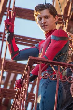 'Tom Holland' on the set of 'Spider-Man: Homecoming' Parker Spiderman, Spiderman Spiderman, Tom Hiddleston, Iron Man, Tom Holland Peter Parker, Tommy Boy, Men's Toms, Tony Stark, To My Future Husband