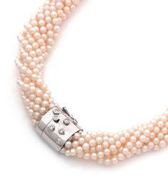 Collier de neuf rangs de jolies perles de culture. Fermoir en or gris ponctué de diamants ronds