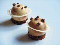 Planète Saturne (Petits entremets caramel, chocolat, praliné) OliviaPâtisse