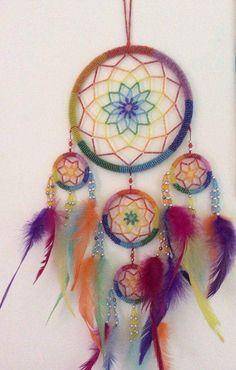 Filtro dos sonhos mais DIY - Como Fazer Fácil Dream Catcher Mandala, Dream Catcher Art, Sun Catcher, Feather Wall Decor, Feather Art, Indian Arts And Crafts, Diy And Crafts, Making Dream Catchers, Crochet Dreamcatcher