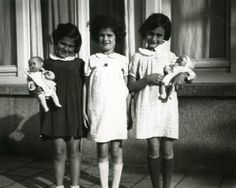 From left to right: Eva Goldberg, Sanne Ledermann and Anne Frank on Merwedeplein in Amsterdam.