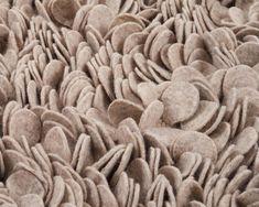 Vores filt tæppes materiale er lavet af blødt uld og bomuld, som er med til at skabe det afslappende udseende. Højden er på omkring 2-4 cm. Du kan finde mere på Sukhi.dk #Sukhi #Hjem #Bolig #Indretning #Skandinavien #Tæpper