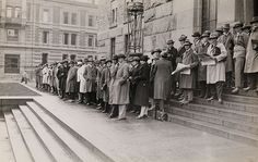 Queue outside the University Library, old Oslo picture from 1928