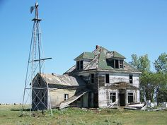 Long forgotten farmhouse and windmill, North Dakota - abandoned Abandoned Farm Houses, Abandoned Property, Old Farm Houses, Abandoned Mansions, Old Buildings, Abandoned Buildings, Abandoned Places, Derelict Places, Famous Castles