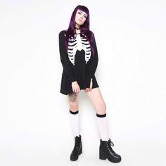 Iron Fist. Korte jurk met lange mouwen en een oversized ribbenkast skelet print. Draag deze jurk met een biker jacket en knie hoge sokken voor een badass look.