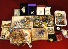 104) Large and varied collection of mixed jewellery Est. £30-£40