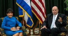 Washington y La Habana acordaron sostener este tipo de encuentros, que tuvo en la capital cubana en octubre su primera versión, en el contexto del viaje a la mayor de las Antillas de la secretaria norteamericana de Comercio, Penny Pritzker, en foto cuando era recibida por el ministro cubano Rodrigo Malmierca (Foto: Internet)